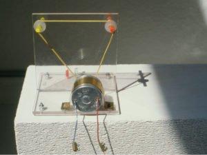 ohne-Titel-1994-11x10x10cm-Elektromotor-+-Plexiglas
